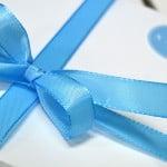 Kartong Kuvert till bröllopsinbjudan med blått band