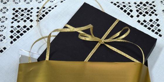 Lyxiga bröllopskort i glittrigt guld in