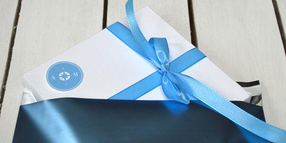 Blått bröllops kuvert till kartongen