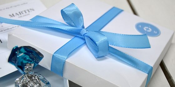 Kartong till bröllopsinbjudan med det blå bandet