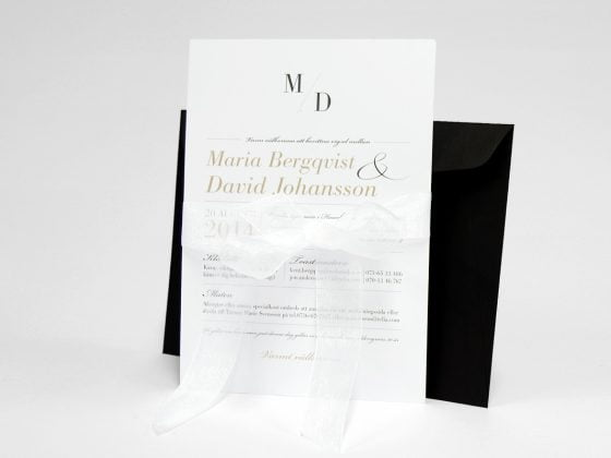 Vaxholm bröllopskort sid 1 med svart kuvert och band