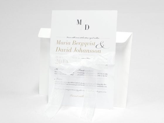 Vaxholm bröllopskort sid 1 med vitt kuvert och band