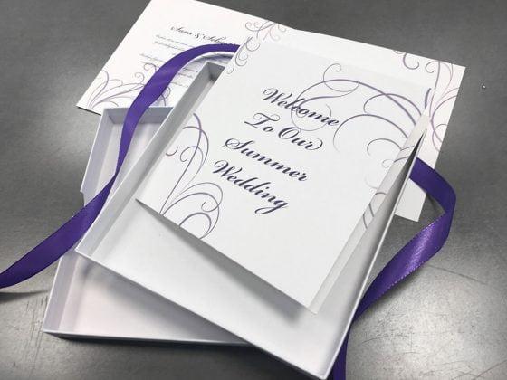 vacker bröllops inbjudan me en kartong