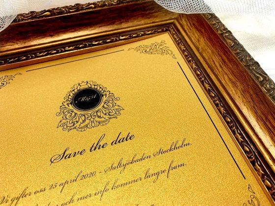 inbjudningskort-till-save-the-date-glittrigt-och-guldigt-papper