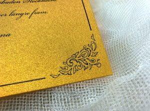 save-the-date-glittrigt-och-guldigt-papper