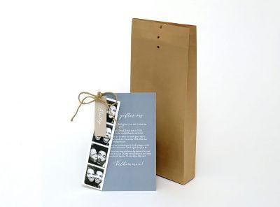Bröllopsinbjudan-happy-med-foto-brunt-kuvert