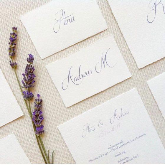 Bröllop med namnkort och inbjudan med handgjort papper